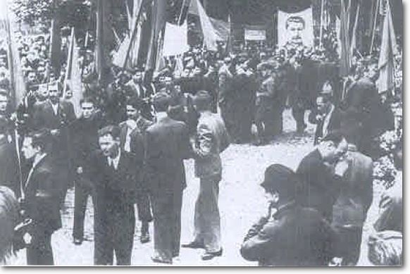 Jewish crowd awaits the release of prisoners